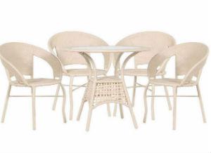 белая мебель для летнего кафе из искусственного ротанга